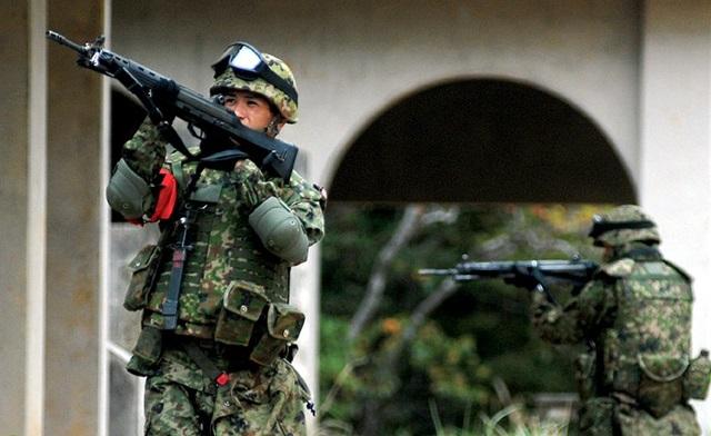訓練中の自衛隊員