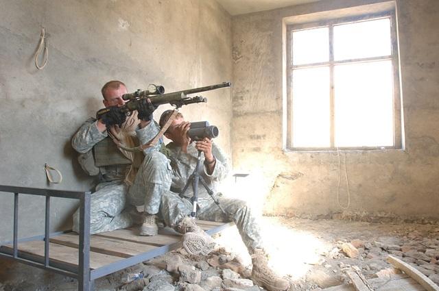 Tiratore statunitense armato di M24
