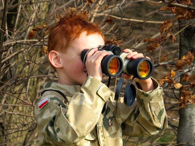 双眼鏡を覗く子供