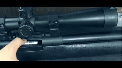 カートリッジを装填中のタナカワークスM24SWS対人狙撃銃