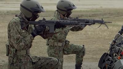 自衛隊偵察隊と89式小銃曲銃床