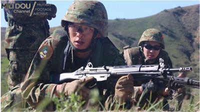 89式小銃を使った訓練中の自衛官